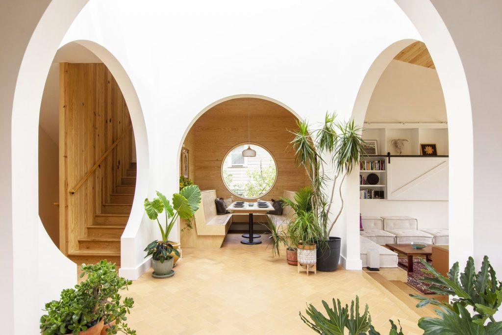 Le persone cercheranno modi per connettersi alla natura nelle loro case, attraverso materiali naturali: tela, legni grezzi o rustici e piante da appartamento.